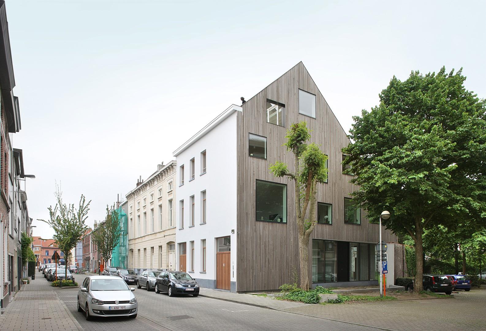 Oud herenhuis herademt met geopende wachtgevel gentcement - Latwerk houten ...
