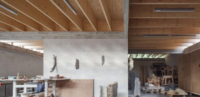 Uitgepuurde architectuur voor deze atelierwoning in Mariakerke