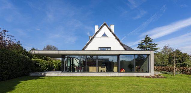 Woning opent naar de tuin met facelift van beton en glas
