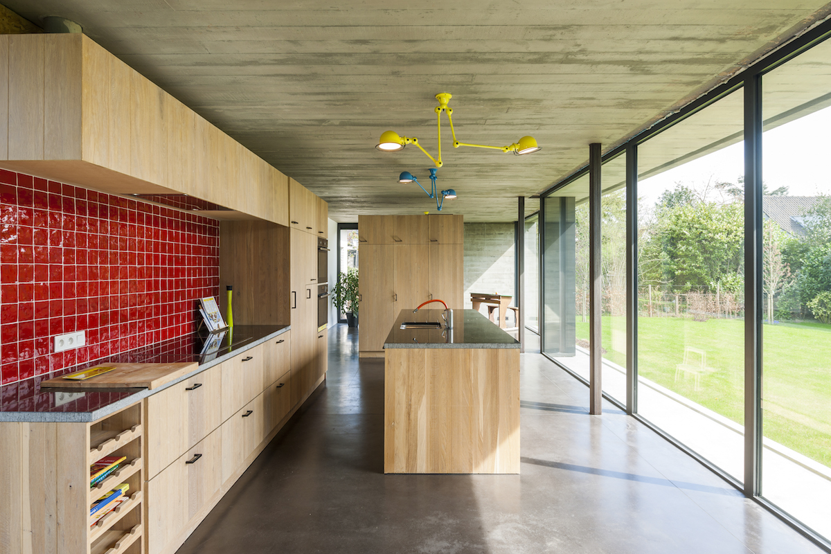 Woning opent naar de tuin met facelift van beton en glas gentcement - Terras van huis ...