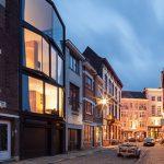 Stadswoning met kristalgevel vormt lichtbaken in rosse buurt